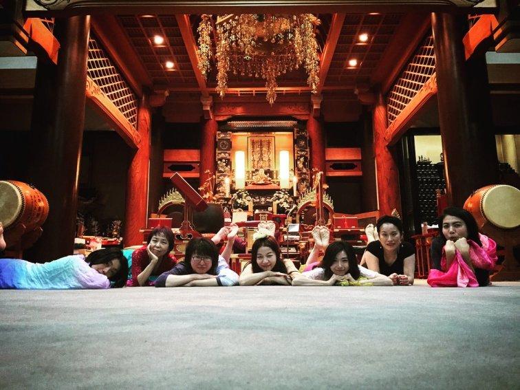 お寺で踊る瞑想00